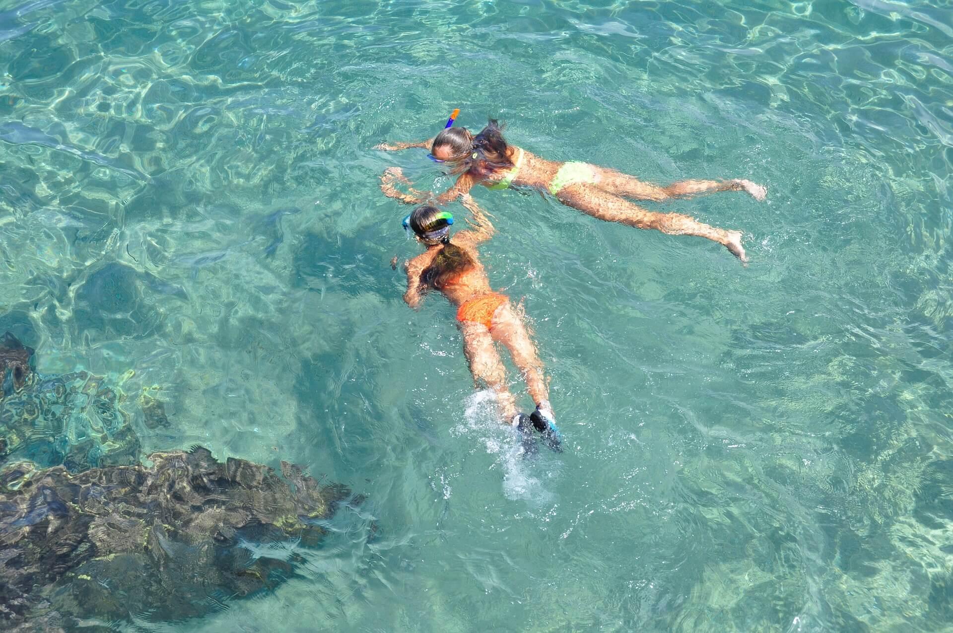 Deux femmes s'initient à la plongée